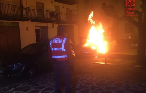 Policía Foral y bomberos intervienen esta madrugada por la presencia de un coche en llamas en Elizondo